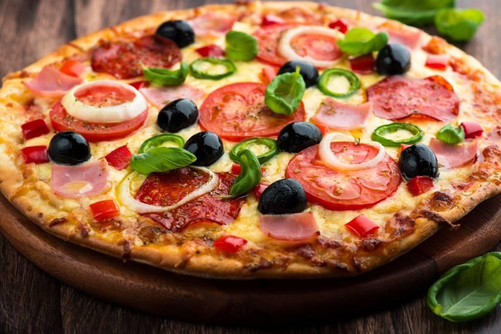 Фото пиццы - Растровый клипарт на красивом фоне