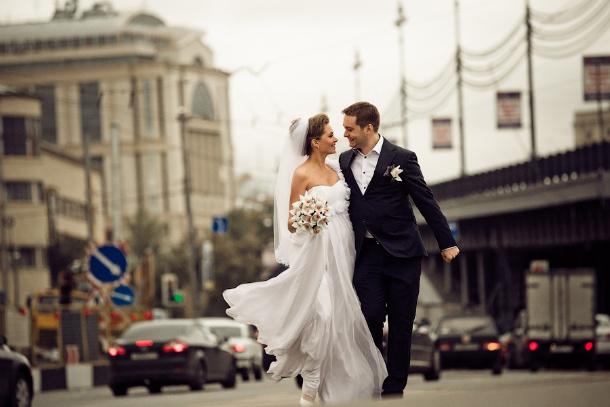 Свадебная фотография в городе с архитектурой и транспортом