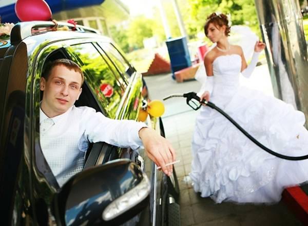 Креативная свадебная фотография на заправке