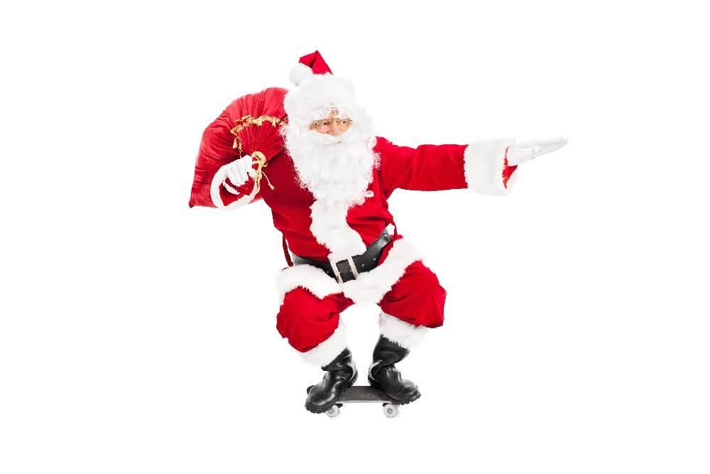 2015 Мужчина в новогоднем костюме Дед мороза, на белом фоне с мешком подарков и на скейте, растровый клипарт