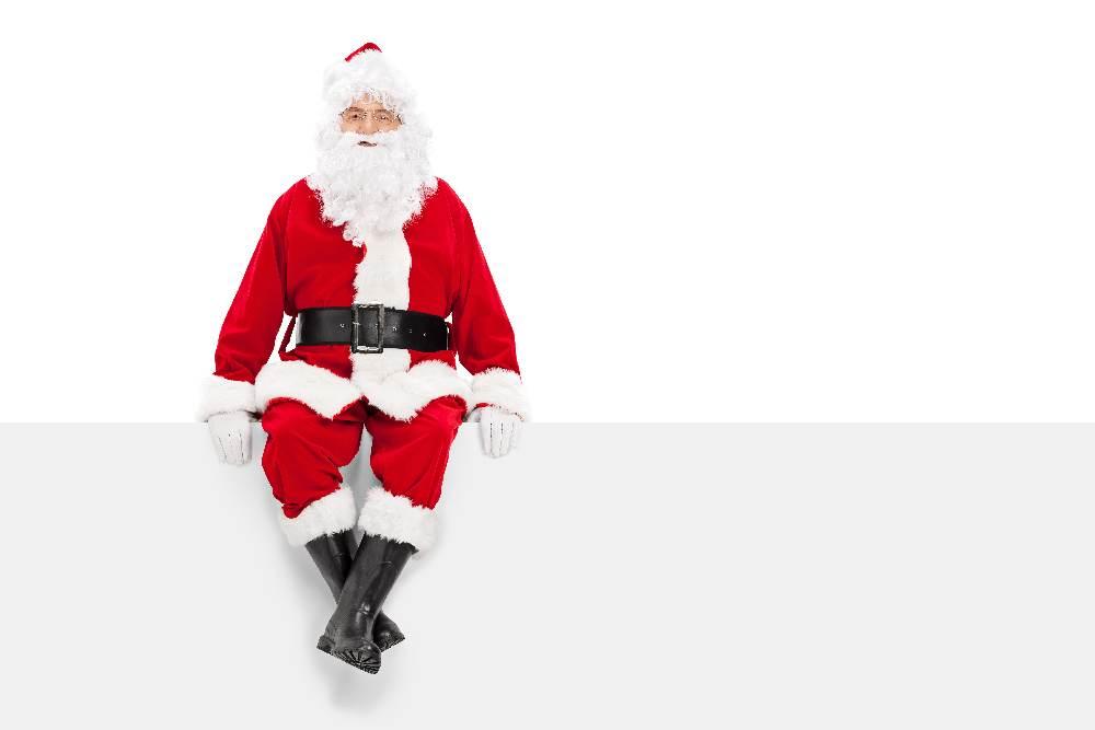 2015 Мужчина в новогоднем костюме Дед мороза, на белом фоне с табличкой. Растровый клипарт.