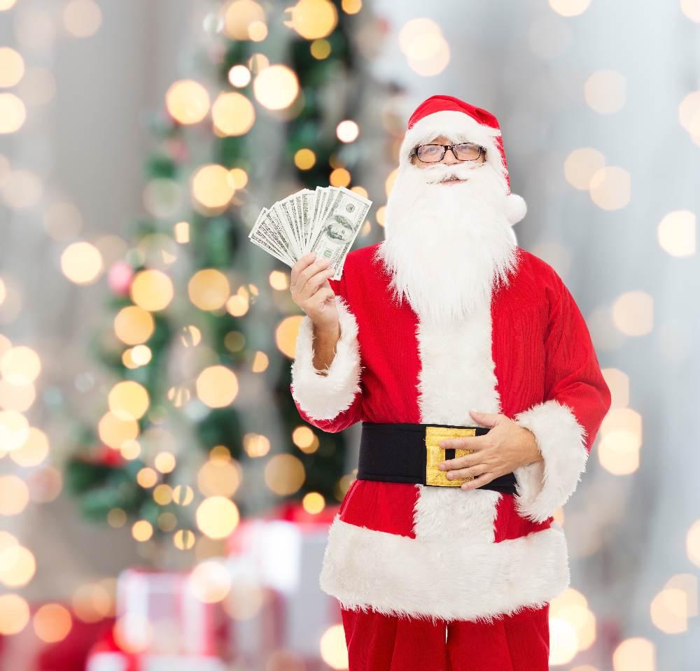 2015 Мужчина в новогоднем костюме Дед мороза, на белом фоне с табличкой. Растровый клипарт, на фоне новогодней ёлки