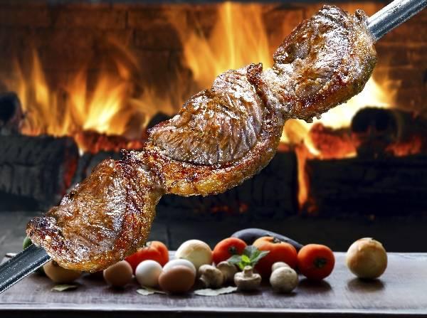 Сочный шашлык с овощами на огненном фоне