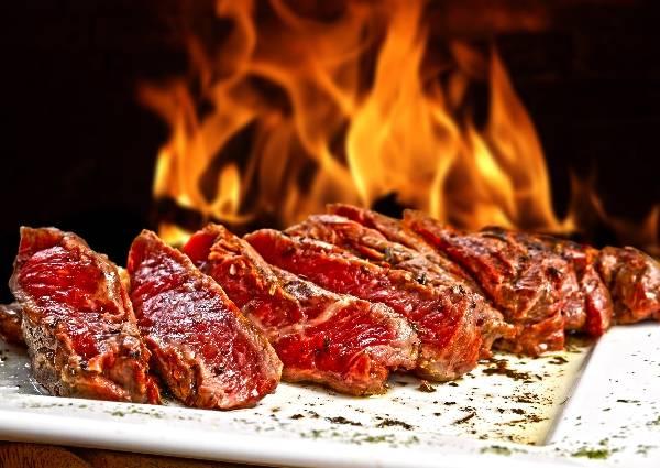 Сочное мясо на огненном фоне