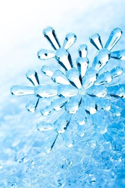 Новогодний зимний фон - снежинка в снегу