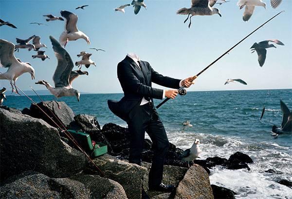 PSD Шаблон - рыбак в деловом костюме на берегу моря